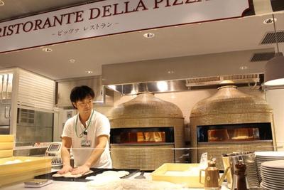 店内で焼かれる本格ピッツァも魅力