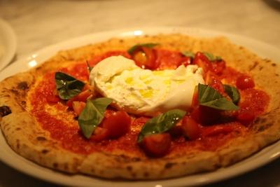 定番の「マルゲリータ」(1814円)をはじめ、ブッラータチーズを丸ごとトッピングした「ブッラータ」(1966円)など、こだわり食材を使ったピッツァを豊富に用意
