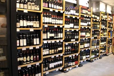 棚一面に並ぶワインは圧巻の品ぞろえ!