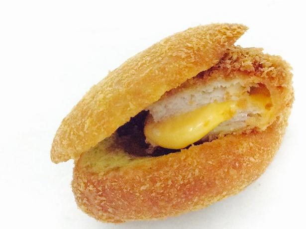 ミルフィーユカツの「キムカツ」と東京カレーパン本舗のコラボ「キムカツカレーパン(甘口)」