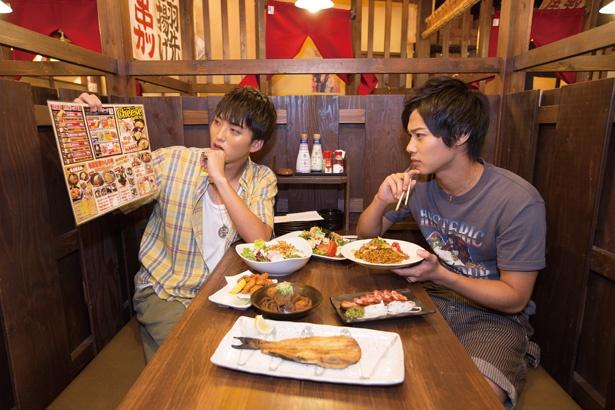 【写真を見る】さまざまなメニューを試食してコースメニューを考える「SOLIDEMO」の佐々木和也(左)と手島彰斗(右)