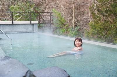 屋上天空大露天風呂は開放的。岩造りの湯舟のほか、源泉かけ流しの円形の石風呂がある