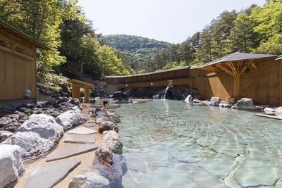 西の川原露天風呂。殺菌・抗炎症作用に優れた源泉として知られる