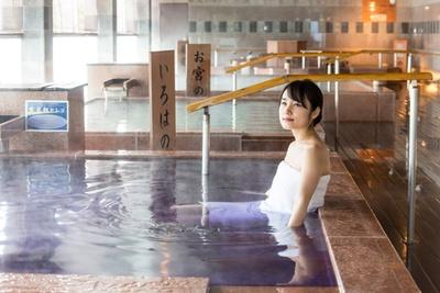 開放的で陽射しが明るいお風呂スペース。美肌効果がある湯で癒されよう