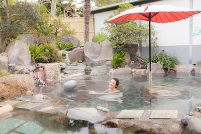 岩造りの庭園露天風呂。寝湯や休憩テラスもあり、ついつい長湯をしてしまいそう