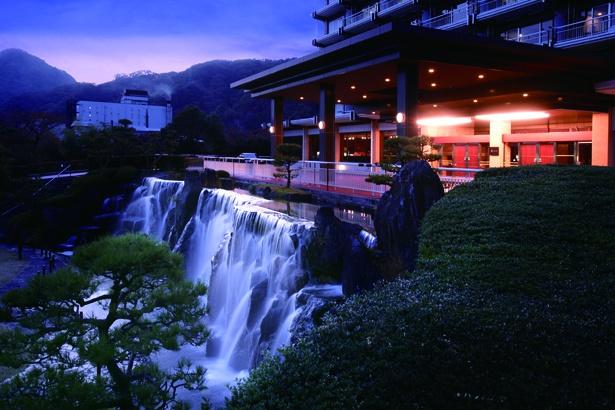 「ガーデンスパホテル三日月」(鬼怒川温泉)の玄関前。滝が流れる噴水はムードたっぷり
