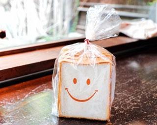 定番人気は「MORO食パン(1本907円・1斤302円)。かわいいスマイルにほっこり
