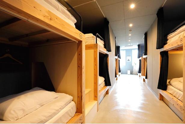 3階のドミトリー(1泊2700円~※時期により異なる)は16床。シンプルなたたずまいがオシャレ