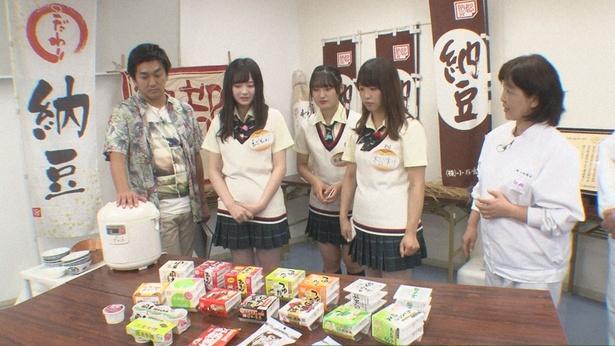 平成ノブシコブシ・徳井健太と共に納豆メーカー「小杉食品」を訪れる江籠裕奈、高塚夏生、松村香織(写真左から)