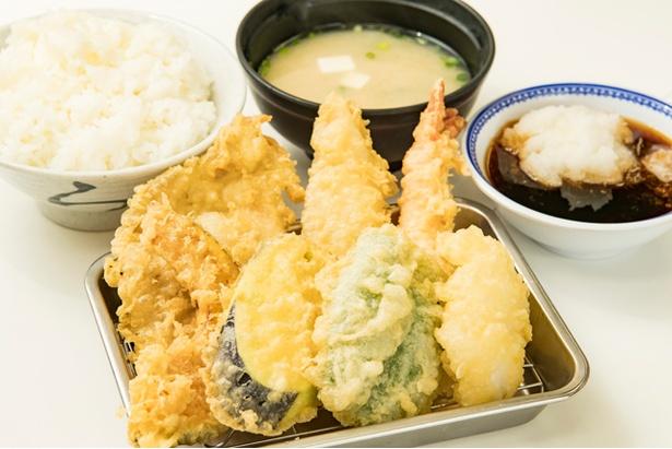 1番人気の「あじわい定食」(770円)は、エビ、鶏モモ、白身、イカ、野菜3種