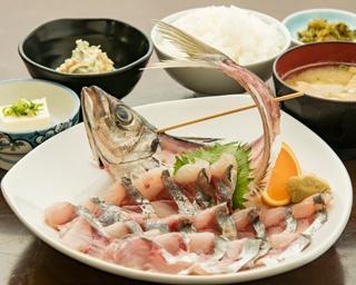 「タイのあら炊き定食」(800円、夜850円)は、甘めのタレがよく染みている