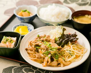「豚の味噌炒め定食」(680円)は、甘めのソースや味噌でシンプルに味付け