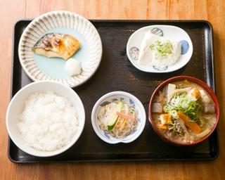 「肉吸い定食」(980円)は、大量の肉のなかに大きな揚げ出し豆腐も入り、食べ応え満点。トッピングのショウガを溶かすと風味豊かに