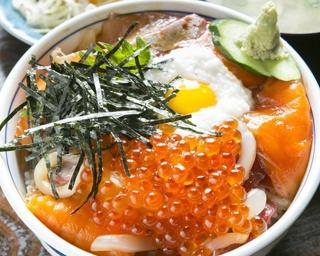 「刺身定食」(1400円)。ブリ、タイ、サーモンなど日替り7品のネタが入る