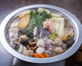 具材それぞれの旨味が溶け出した良質なダシと、コシのある自家製麺が堪能できる「博多うどんすき」