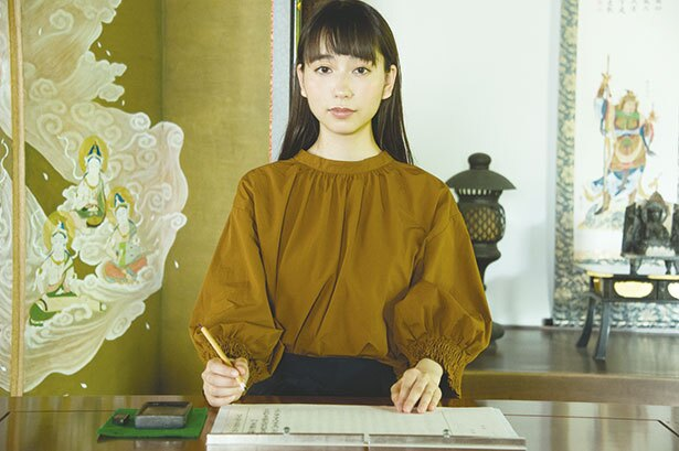 【写真を見る】写経体験は、神峯山寺特注の写経帳を用いて。自分のペースで般若心経をなぞっていく