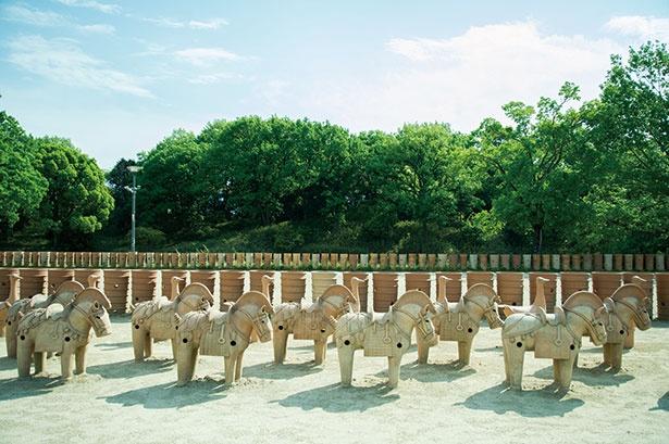 大王のハニワ祭が再現され、その一部は実際に触れてみることもできる今城塚古墳公園内の「埴輪祭祀場」。絶好のフォトスポット!