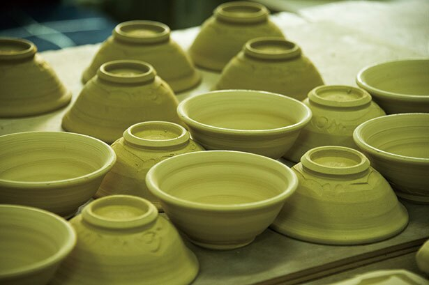 工房内には陶芸家の作品が所狭しと並んでいる