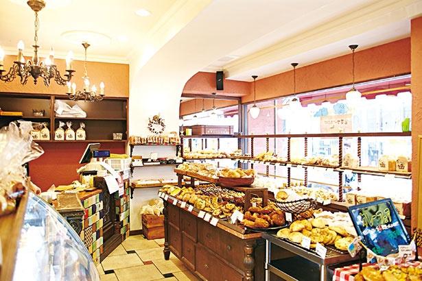 高槻市内の人気有名ベーカリーを巡って、素敵なカフェでお茶を楽しめる