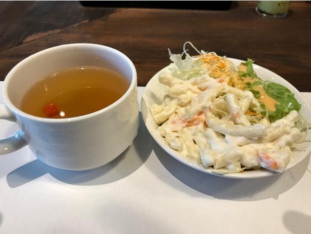 ランチタイムは、スープとサラダがセットになる。セルフサービスで自由に食べられる
