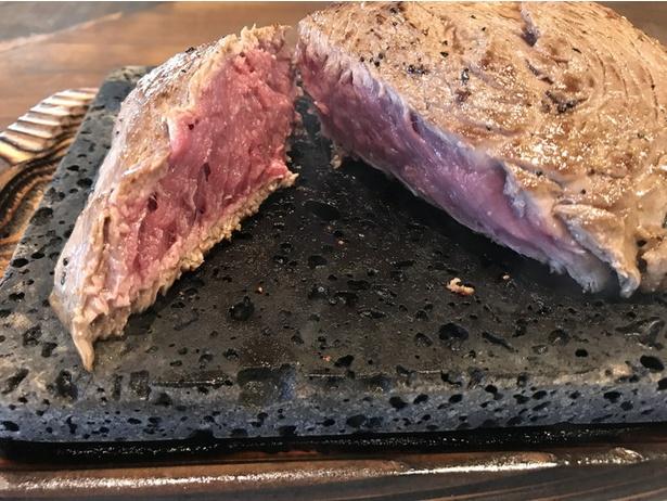 テーブルに届けられた直後はレアの状態!溶岩石プレートで加熱して、好みの焼き加減にしよう