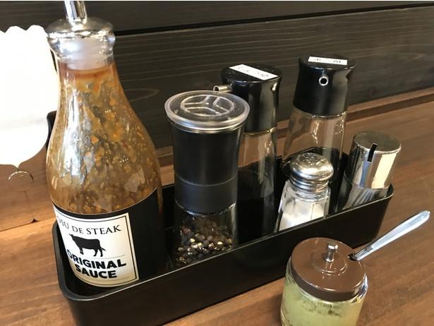 テーブルには、さまざまな調味料が。サラダバーの脇には、マスタードやおろしにんにくもある