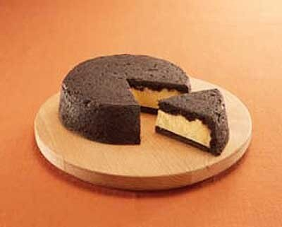 「フランス菓子工房 ラ・ファミーユ」の「まっ黒チーズケーキ」(1260円)