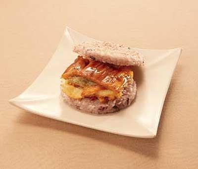「かんだ」(広島県)の「サンドdeおにぎり あなご」(315円)も実演販売。あったかいうちに食べられる