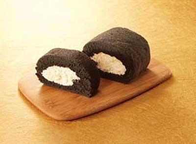「アトリエやまこ」(静岡県)の「竹炭ロールケーキ」(ハーフサイズ)は840円