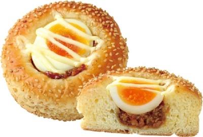まんまるお月見パン(230円)。ゆで卵とあぶり焼き豚をのせてお月見をイメージしたパンとなっている