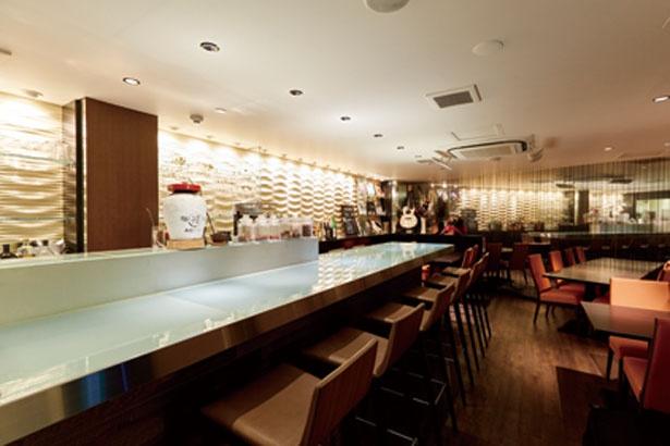 カウンターは雰囲気のあるガラス張り。15年物の紹興酒の甕(かめ)や八角など香辛料の入った瓶が並ぶ/中華ダイニング ザイロン