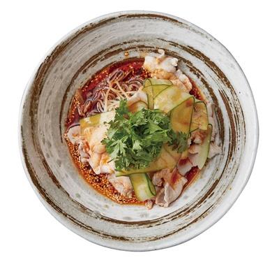 【写真を見る】「よだれ~麺」(1620円)。コシとツルッとした食感が特徴の韓国冷麺によだれ鶏のタレを使用/中華旬彩 森本将軍