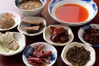 焙煎びきにしたゴマや、2種の唐辛子と薬膳を混ぜ込みコクを出す/担担麵&中華バル 辣将軍