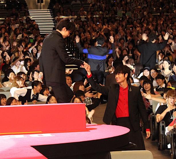 【写真を見る】綾野剛、佐藤健の手を取って優しくエスコート!