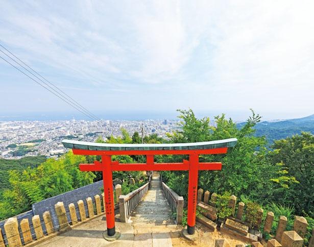 本殿の上方に鎮座する金高神社周辺が一番の絶景スポット/高取神社