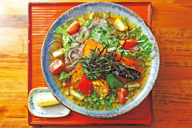 「旬野菜オリーブオイルぶっかけうどん」(950円)/おうどん くるみ家