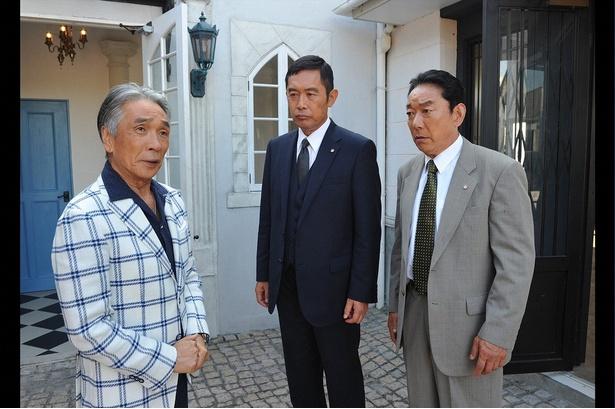 十津川(内藤剛志)と亀井(石丸謙二郎)は、事件のキーパーソンである犯罪心理学者の香取(堺正章)に話を聞く
