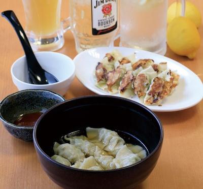 餃子12個とライス、スープ、漬物付きの「餃子定食」(580円)/餃子酒場 餃子とレモン