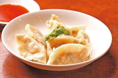 【写真を見る】名物「水餃子」(7個700円)/中華料理 天竺園