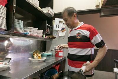 胸に清華園のエンブレムが施されたラグビージャージが店のユニホーム/中華料理 清華園