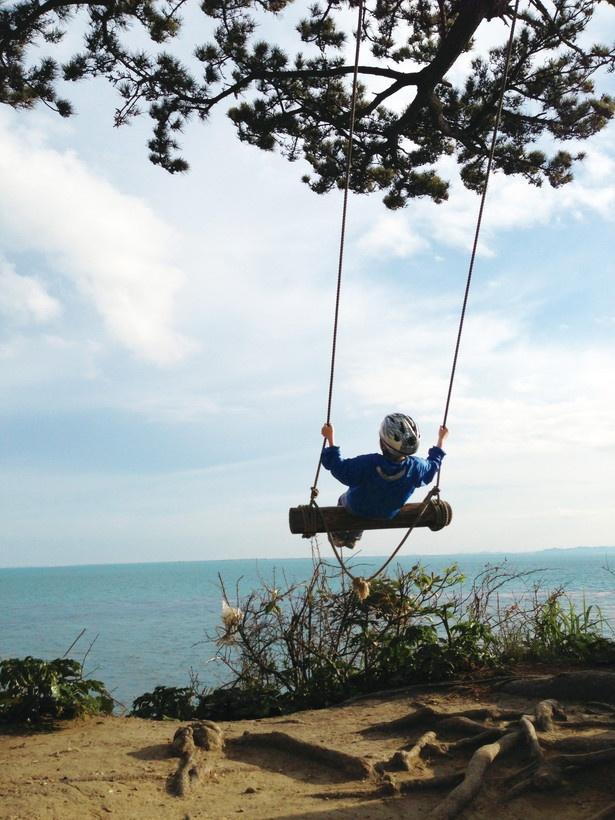 アルプスの少女になれる!?空と海が映える絶景スポット「ハイジのブランコ」