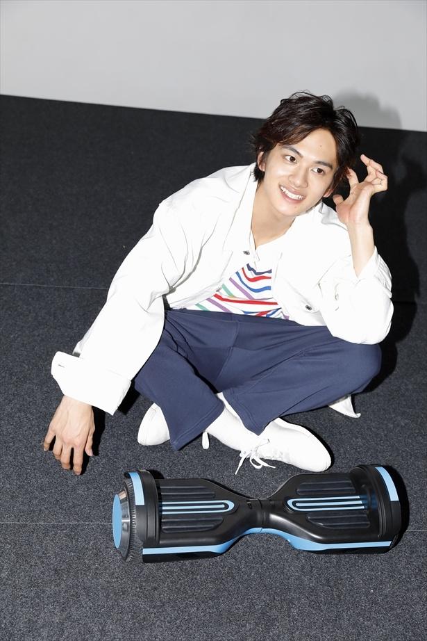 電動スケートボードを一通り乗りこなした後のキメ撮影中のオフショット