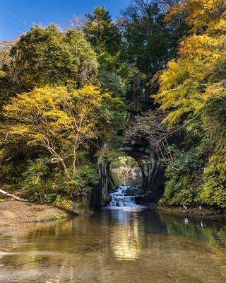 人工の洞窟内に流れる「濃溝の滝」。撮影するなら、晴天の早朝がおすすめだ