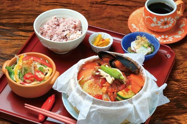 「野菜とシーフードのせいろ鍋」(1180円)。雑穀米、サラダ、ドリンク付き