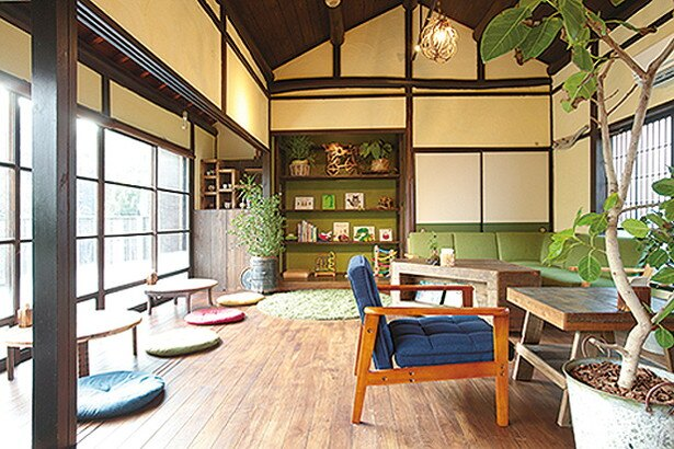 築70年の古民家を改装した店内は、モダンでおしゃれな空間