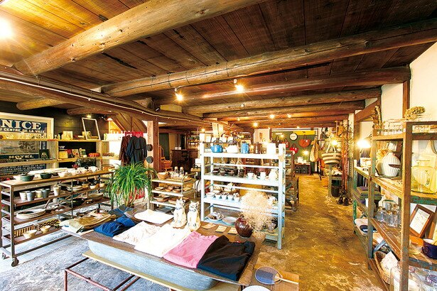 1階の雑貨フロア。地元の作家が手掛ける陶器や雑貨など大人っぽいアイテムをセレクト