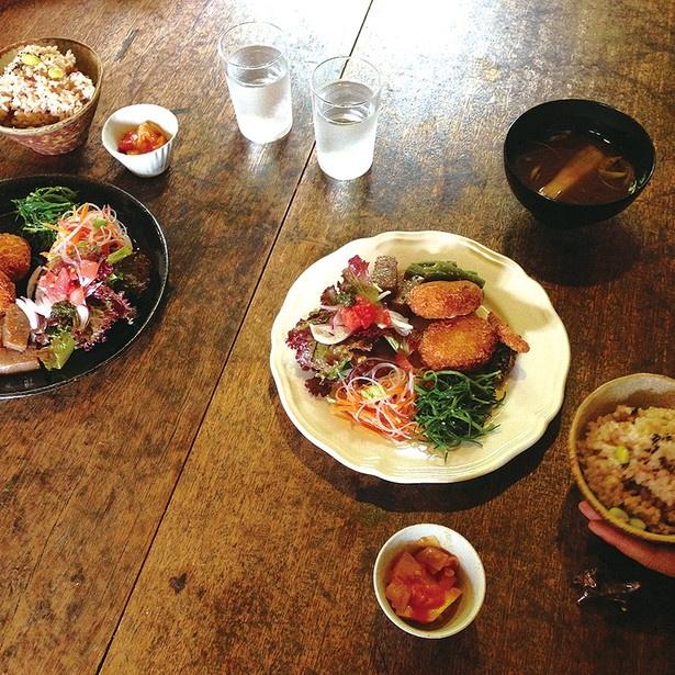 知多半島の野菜を使った「本日のランチ」(1280円)。小鉢、ご飯、みそ汁付き