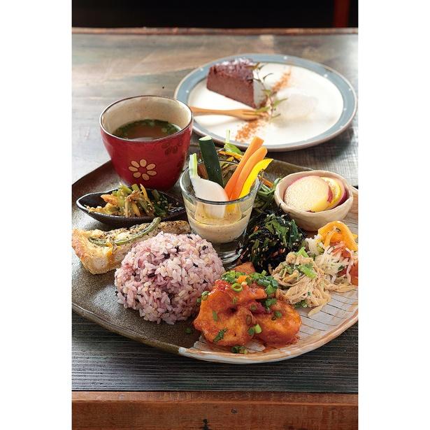 肉、魚、野菜料理3種類からメインが選べる「ランチプレート」(1000円)