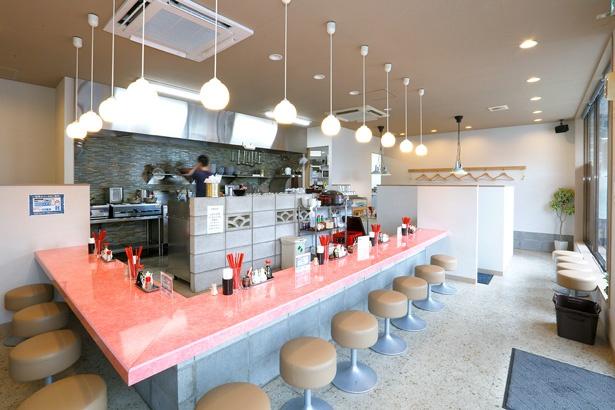 店内はカウンターのほかに6人がけのテーブルもあるのでファミリーも訪れやすい。持ち帰り専門の「餃子のカーニバル」も併設