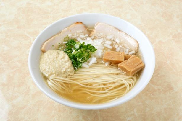 【写真を見る】鶏とアサリの旨味がダブルでガツンとくる「浅利バター塩ラーメン」(750円)